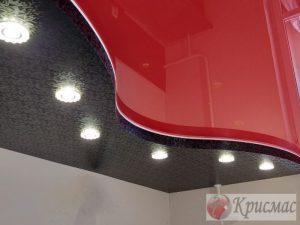 Яркий двухуровневый потолок на кухне