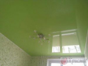 салатовый натяжной потолок в спальне