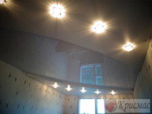 Глянцевый двухуровневый потолок с точечными светильниками
