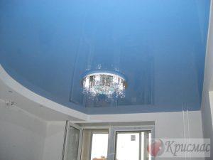 небесно-голубой глянцевый потолок в спальне