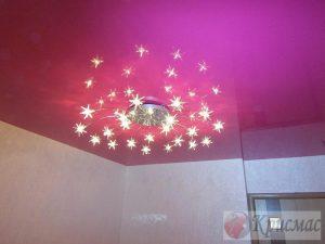 Розовый глянцевый натяжной потолок