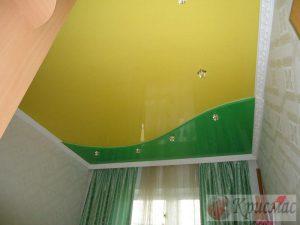 Двухцветный потолок в детскую