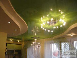 зеленый глянцевый потолок в три уровня