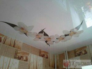 Натяжной потолок на кухне с фотопечатью лилии