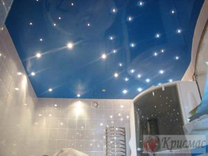 Натяжной потолок в ванной с точечной подсветкой