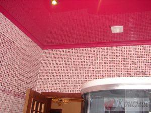 Красный натяжной потолок в ванную