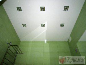 Белый потолок в санузле