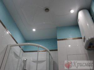 Серый глянец натяжного потолка в ванной