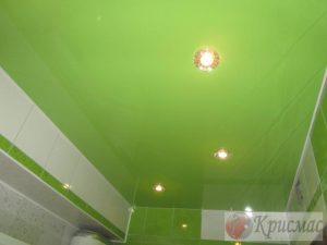 Салатовый потолок в ванной