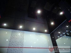 Черный потолок в ванную