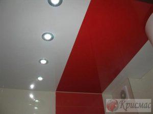 Красно-белый натяжной потолок в ванной
