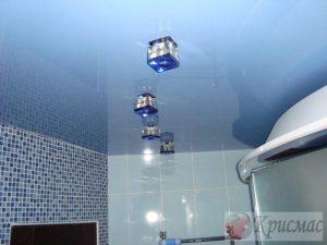 Голубой потолок в ванную