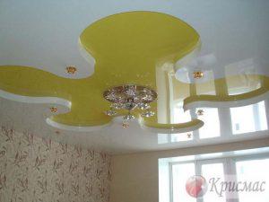 Желто-белый двухуровневый натяжной потолок