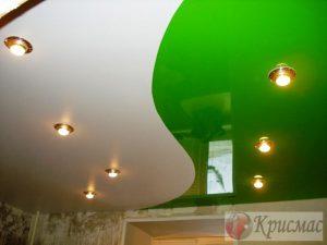 Бело-зеленый потолок на кухне