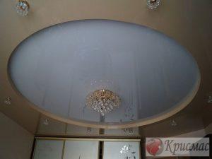 Двухуровневый бежевый потолок с белой круглой вставкой