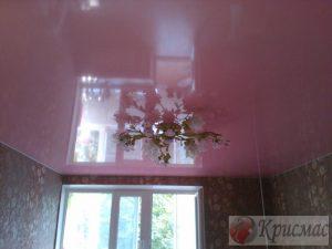 Бледно-розовый потолок глянец