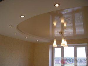 Двухуровневый кремово-белый потолок