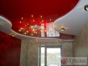 Красно-белый натяжной потолок в спальне