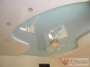 Двухуровневый потолок в спокойных тонах