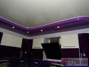 Двухуровневый потолок с зональной подсветкой на кухне