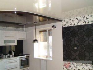 Кремовый потолок с черным сектором на кухне