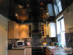 Черный глянцевый потолок кухня