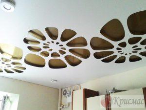 Резной натяжной потолок на кухню