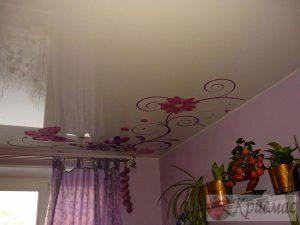 Бежевый потолок с фотопечатью на кухню
