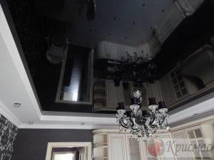 Черный глянцевый дизайнерский потолок на кухне