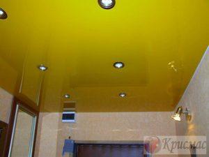 Яркий желтый натяжной потолок в прихожей