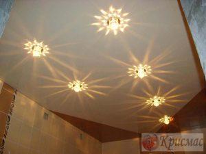 Комбинированный натяжной потолок со светильниками