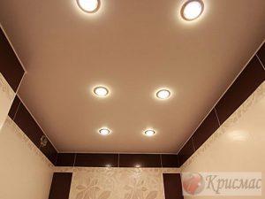 Бежевый мат - потолок в ванной
