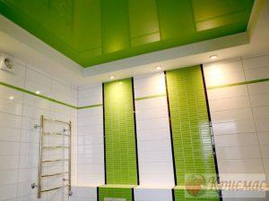 Салатовый натяжной потолок в санузел