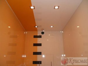 Комбинированный натяжной потолок в туалете