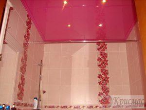 Розовый глянцевый потолок в ванную