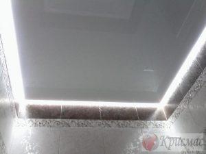 Серый парящий натяжной потолок в ваннубю