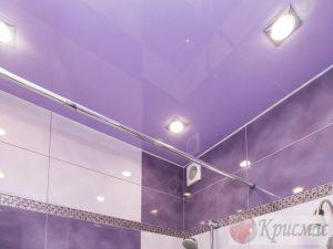 Фиолетовый потолок в ванную