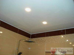 Белый глянцевый потолок в санузел