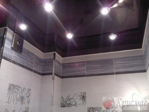 Бордовый потолок в ванную комнату