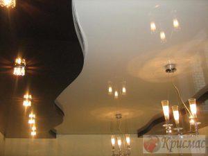 Двухуровневый контрастный потолок в гостиной