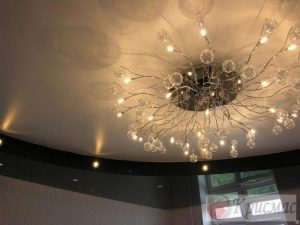 Черно-кремовый глянцевый потолок