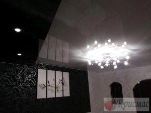 Зонированый глянцевый потолок в гостиной