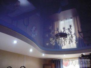 Бело-синий потолок в зал