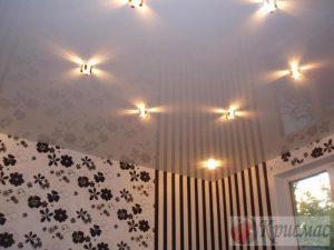 Белый глянцевый потолок в зал