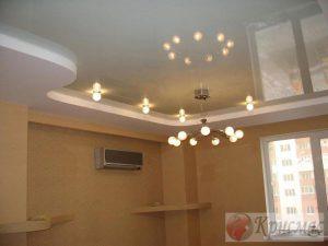 Кремовый натяжной потолок в гостиной