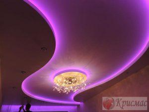 Криволинейный фиолетовый потолок с подсветкой по периметру