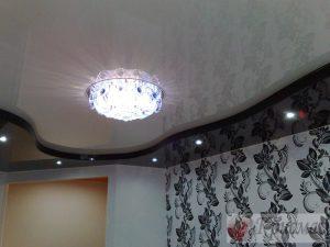 Черно-белый двухуровневый натяжной потолок в зал