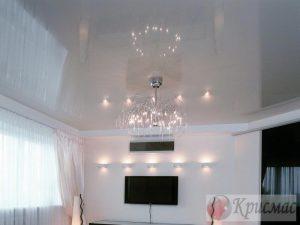 Светло-серый глянцевый потолок в зал