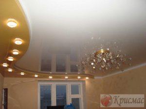 Золотой и белый двухуровневый потолок в зал