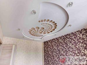 Двухуровневый натяжной потолок в спальню с резной вставкой